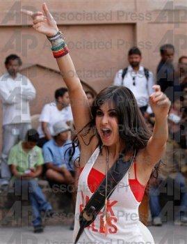 l2_Katrina_Kaif_and_Imran_Khan_shoot_for_Mere_Brother_Ki_Dulhan_at_Agra_Fort