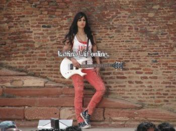l3_Katrina_Kaif_and_Imran_Khan_shoot_for_Mere_Brother_Ki_Dulhan_at_Agra_Fort_28229