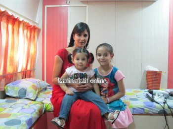 Katrina_Kaif_at_vanity_van_during_Mere_Brother_Ki_Dulhan_Shooting_28129